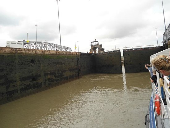 Panama Marine Adventures - Day Tours: View of Locks from Pacific Queen