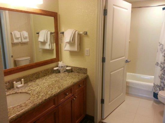 Residence Inn Cape Canaveral Cocoa Beach: Bathroom