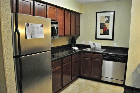 Residence Inn Temple: Kitchen area, just inside the entry to our suite.