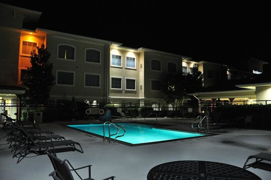 Residence Inn Temple: Pool area at night.