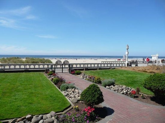 Inn at the Prom: View from Deck to Prom and Beach