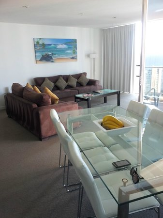 Artique Surfers Paradise: Lounge / dining room