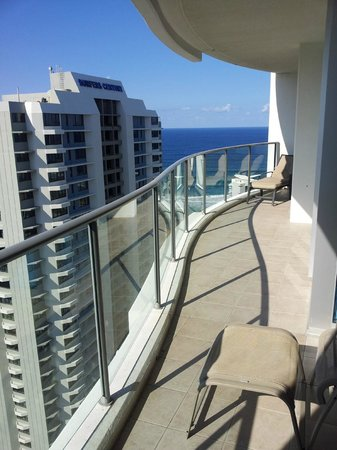 Artique Surfers Paradise: view along the balcony