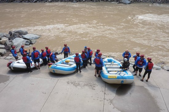 Glenwood Canyon Bike Trail : Rafts about to enter the river