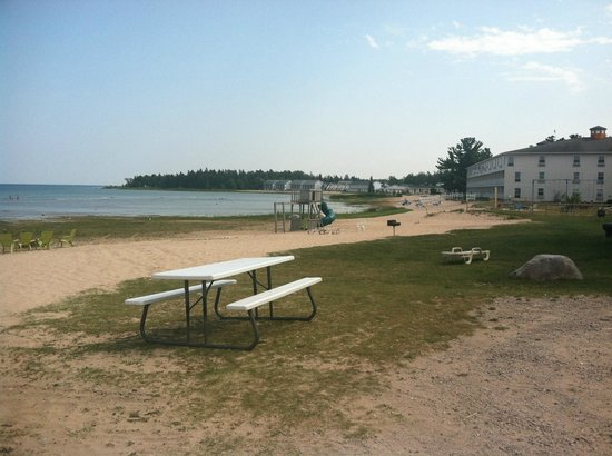 Waterfront Inn - Mackinaw City: Lakeside beach with playground