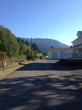 Best Western Plus Columbia River Inn: Train line between hotel and river