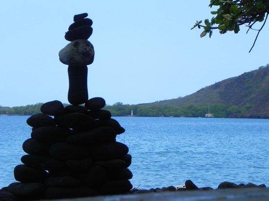 Kealakekua Bay State Historical Park: The Balance Stone ( Captain Cook Monument faraway )