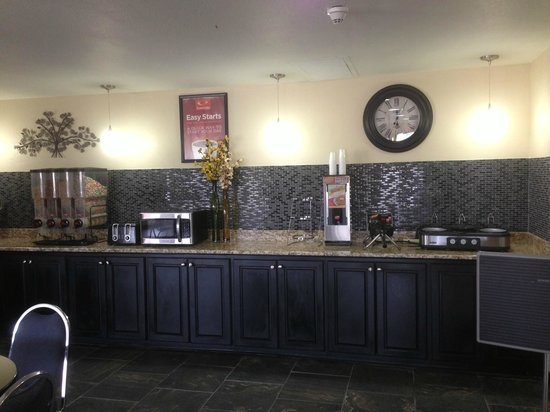 Econo Lodge Inn & Suites: Breakfast