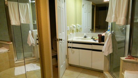 Westgate Towers Resort: Master bathroom