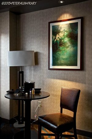 Spirit Mountain Casino Lodge: Spotlights on artwork in the room