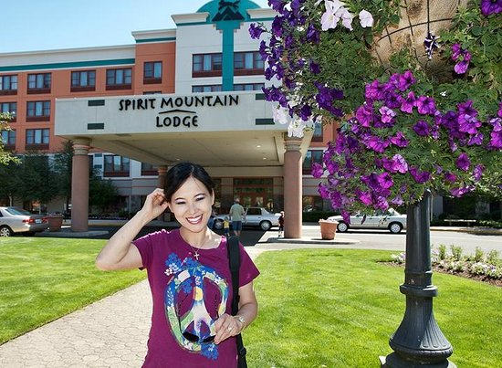 Spirit Mountain Casino Lodge: Pretty girl in front of Spirit Mountain