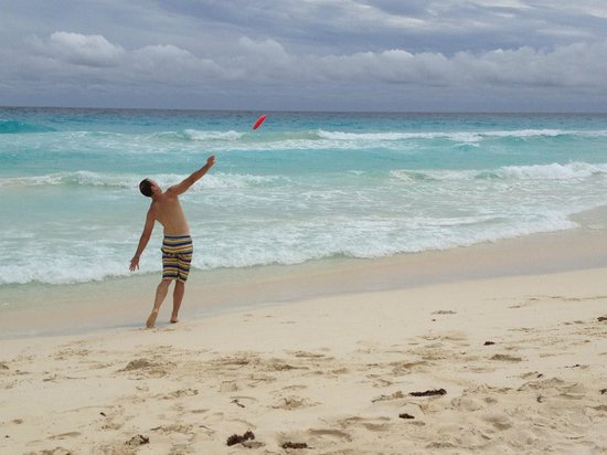 Golden Parnassus All Inclusive Resort & Spa Cancun : Big Hizer frisbee throw.