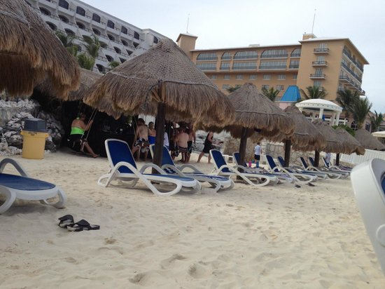 Golden Parnassus All Inclusive Resort & Spa Cancun : Fins Up beach bar.