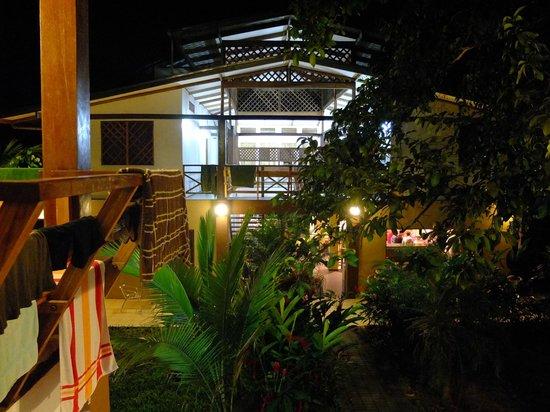 Pagalu Hostel : Gelände bei Nacht