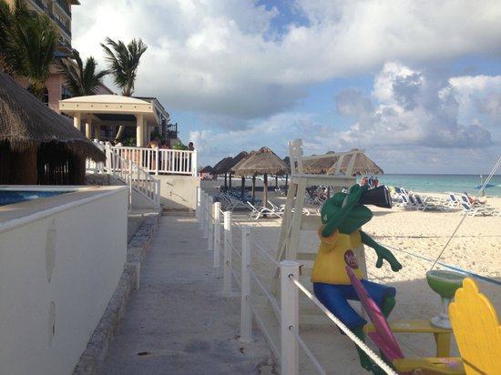 Golden Parnassus All Inclusive Resort & Spa Cancun: Walking to the Tiki bar from the beach.