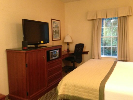 Baymont Inn & Suites Jacksonville: TV, microwave, and fridge