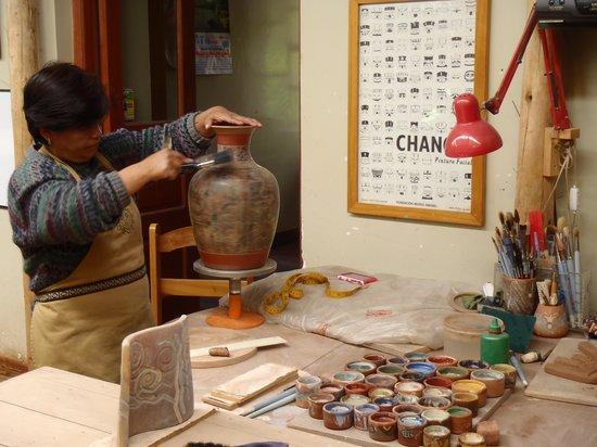 Ceramicas Seminario: painting the pottery