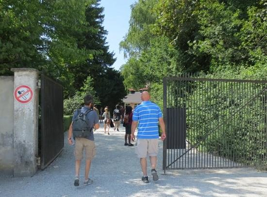 Munich Walk Tours: Walking toward the crematorium
