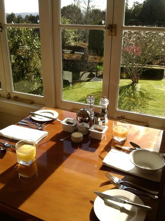 Waipoua Lodge: Breakfast in the sunroom.
