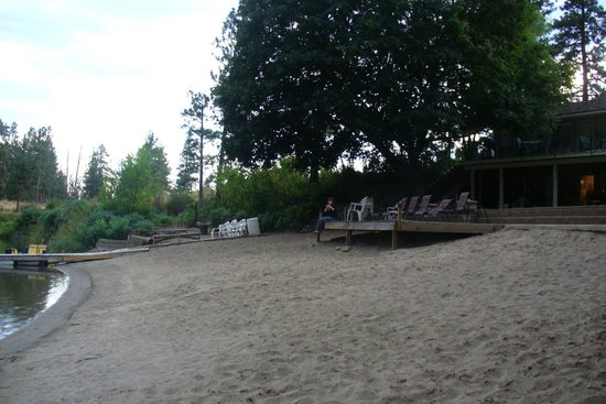 Gallagher Lake Lodge: The peaceful, clean beach and sundeck
