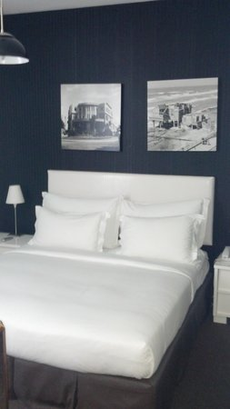 Alexander Tel-Aviv Hotel: bedroom-- crisp, clean white bedding. Very comfortable