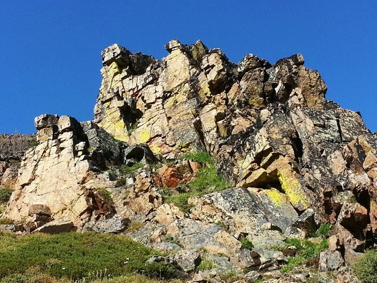 Cathedral Lakes Lodge: Rock Formation on the way to the Rim