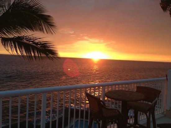 Kona Magic Sands : Sunset on Kona from KSM 303's balcony.