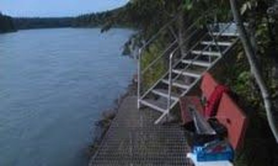 A River's Edge B & B: Fishing dock and Kenai River