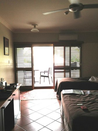 Sovereign Resort Hotel Cooktown: Room with balcony and sliding louvred doors