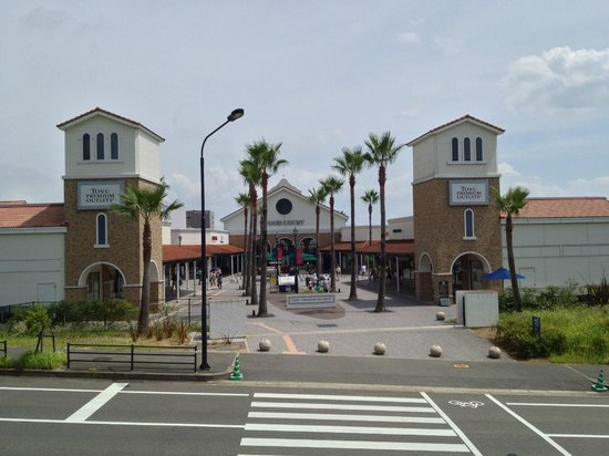 Tosu Premium Outlets : Bus stop is opposite the outlet