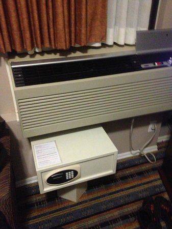 Ramada Vancouver Downtown: A/C and safety box.