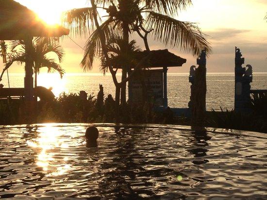 Bali Grand Sunsets Resort & Spa : Sunset at the pool