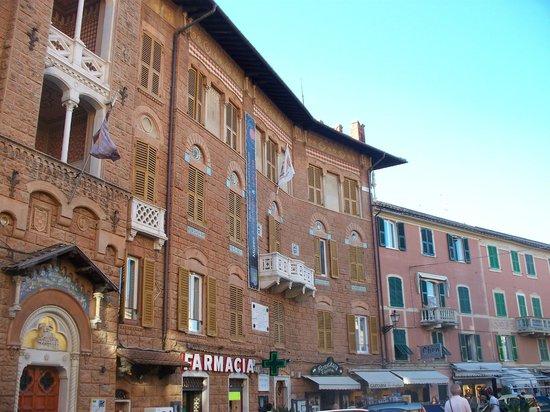 Via XXV aprile: palazzo Fascie Rossi