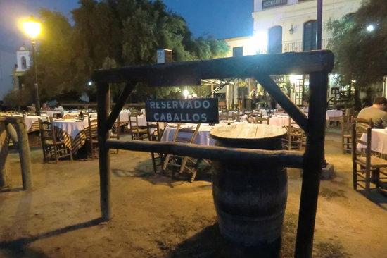 Restaurante Toruno: Il ristorante all'aperto con postazioni per i cavalli