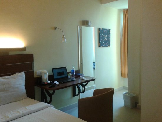 Bell Hotel - Chennai: Very comfortable working table and chair