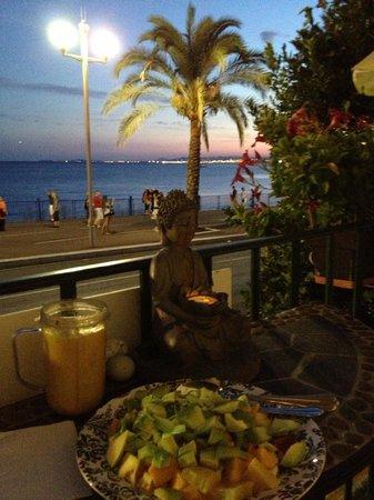 Lou Souleou: vue du balcon le soir sur la baie de Nice