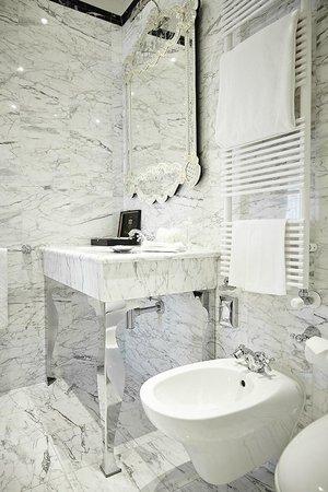 Palazzo Paruta: Italian Marble Bathroom