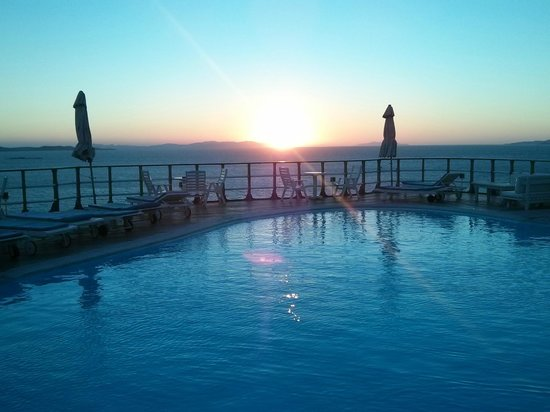 Mykonos View Hotel: The sun sets on Mykonos from the pool..