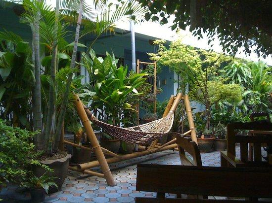 Viraporn's place: Garden area