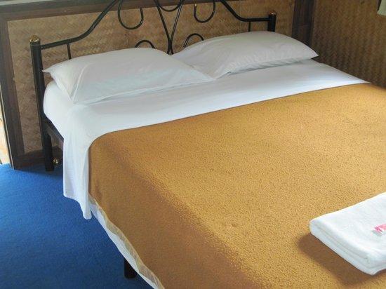 Maehongson Hills Resort : bed in the room