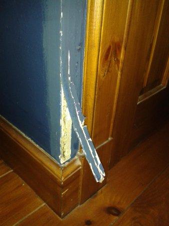Tulloch Castle Hotel: wallpaper wants to leave!