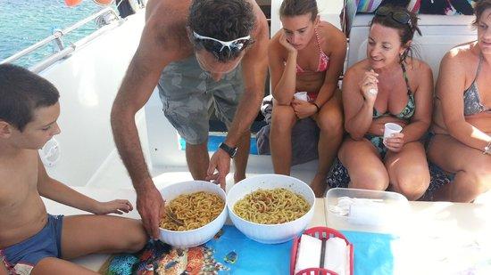 Escursioni Arcadia : Maurizio prepara il pranzo per gli ospiti