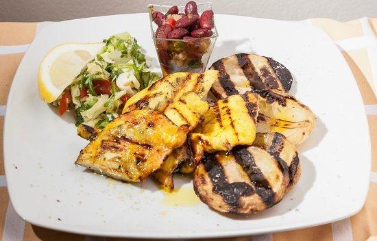 Costanzana, Taliansko: pollo al curcuma e zenzero con patate grigliate e fagioli mex