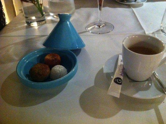Elly's : Café +++ financier pistache - canelé - boule coco