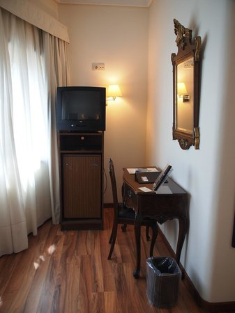 Hotel São José : Coin télé et secrétaire