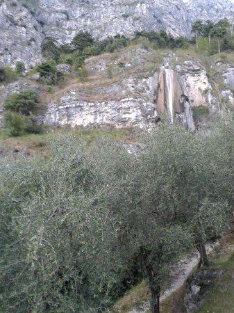 Centro Vacanze La Limonaia: Hang mit Wasserfall