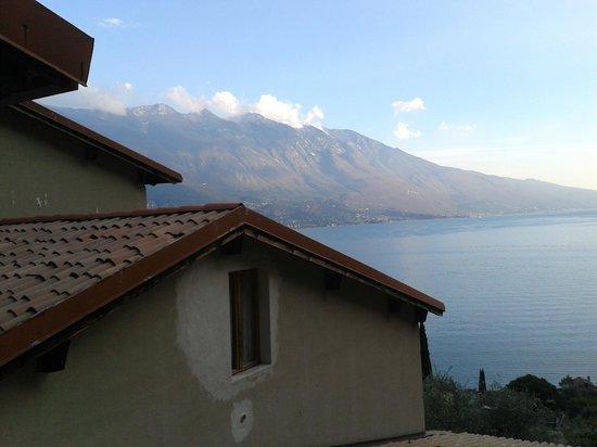 Centro Vacanze La Limonaia: Aussicht auf den Gardasee mit Fenster vom Nachbarzimmer
