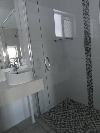 Colonial Palms Motor Inn: Bathroom2