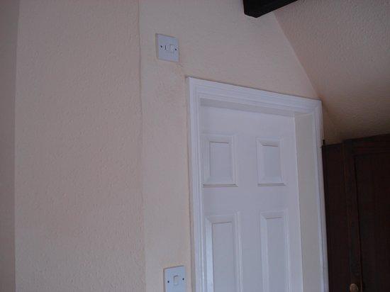 Tudor Court Hotel: Bathroom switch
