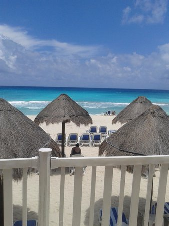 Golden Parnassus All Inclusive Resort & Spa Cancun: Bar stool view